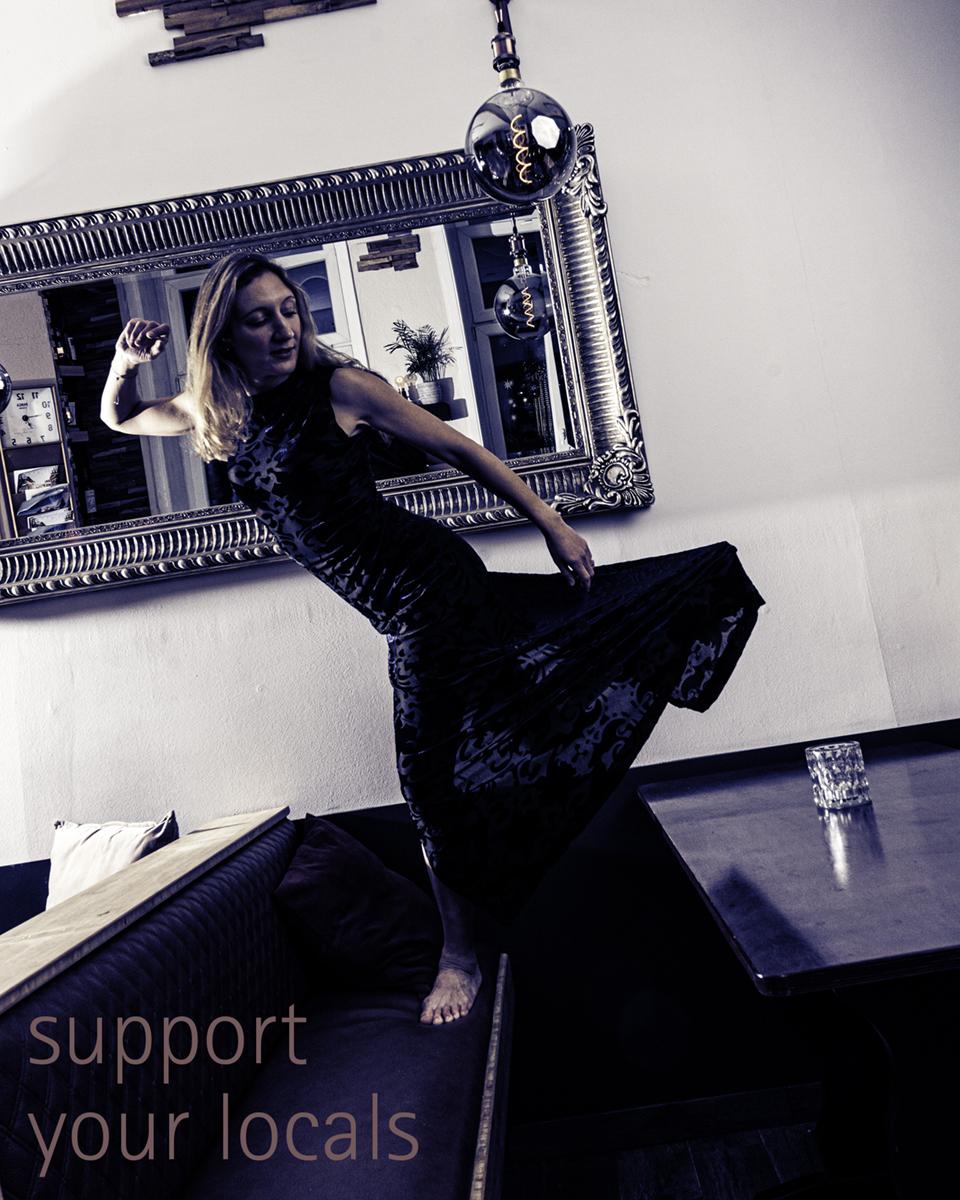 """LINDENFOTO - """"Support your locals"""" - Rowena Ansell tanzt in dem griechischen Restaurant PARGA"""